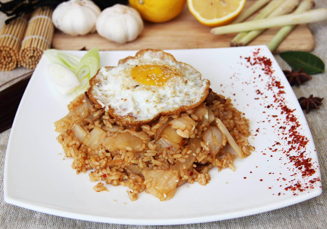 Обжаренный рис с кимчи и свининой