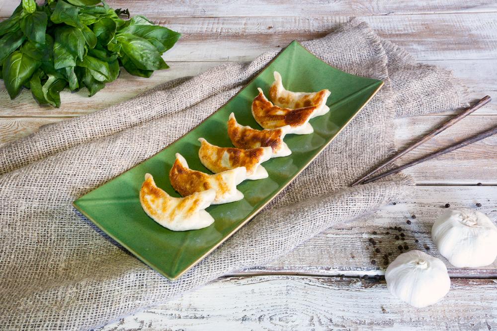 Дамплинги жаренные с белой рыбой и зеленью (6ШТ)
