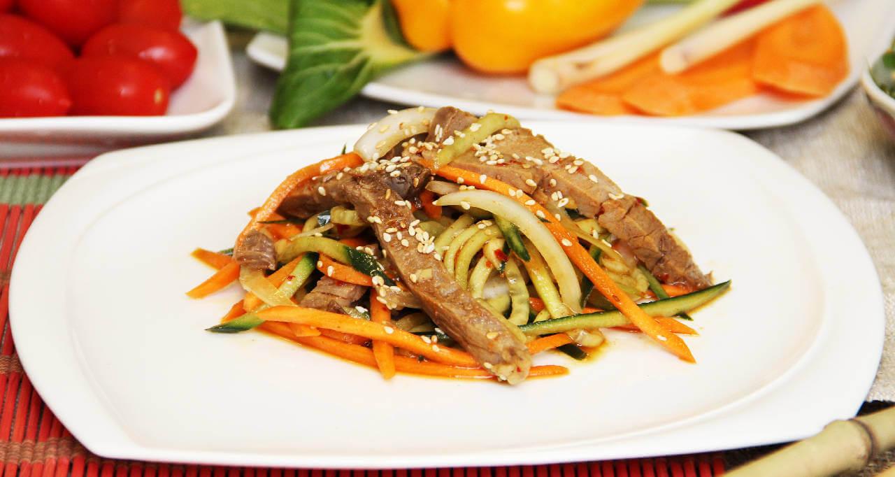 Салат говядина с огурцом и морковью