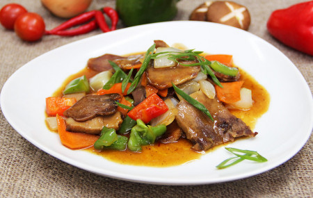 Язык с овощами в чесночно-имбирном соусе