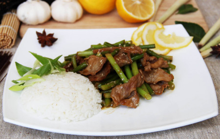 Рис со стрелками чеснока и свининой